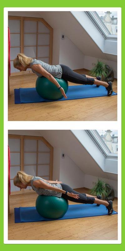 Übungen für den Rücken: Armrotation auf dem Pezziball