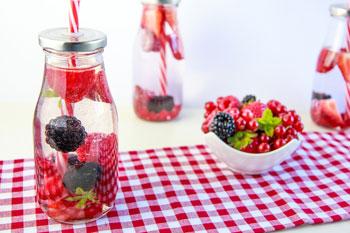 Wasser trinken mit Beeren