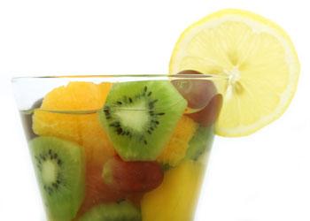 Wasser trinken mit Orangen, Kiwi, Trauben und Zitrone