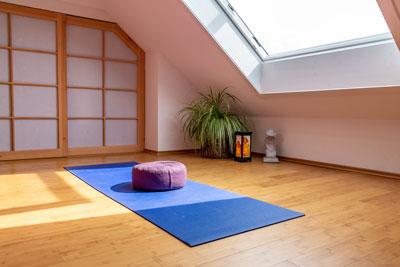 Meditationsraum einrichten mit viel natürlichem Licht
