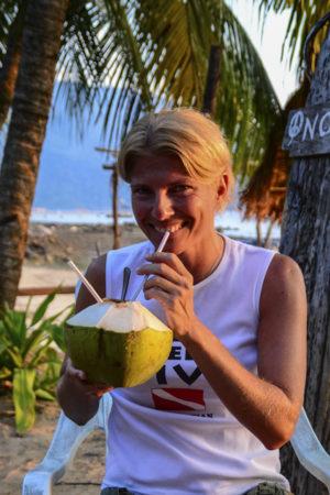 Kokosöl direkt aus der Kokosnuss trinken