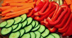 Paprika und Gurke als gesunder Low-Carb Snack
